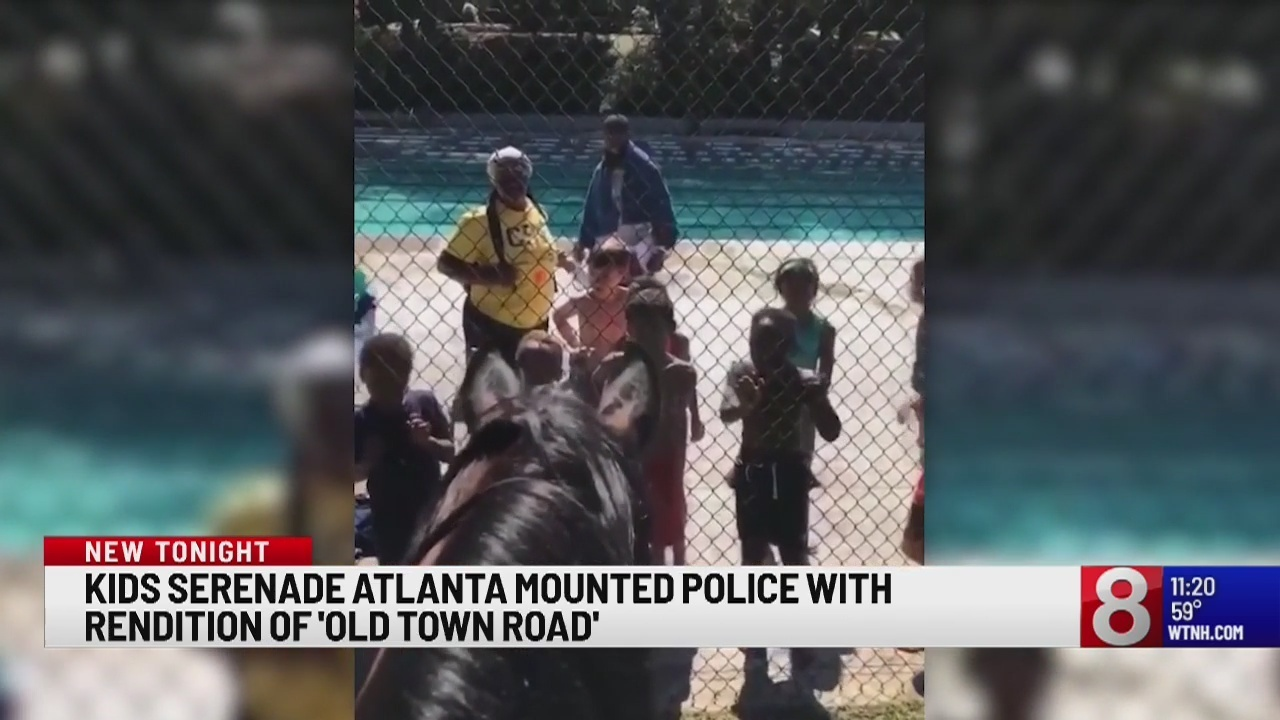 Kids sing 'Old Town Road' to police on horses